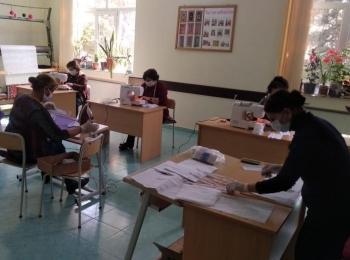 В Исмаиллы волонтеры училища шьют и раздают бесплатно жителям медицинские маски